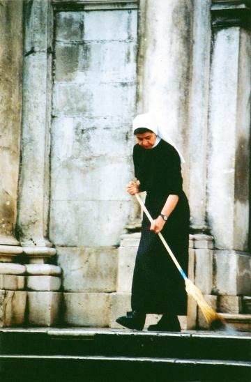 nun-in-dubrovnik-1504164