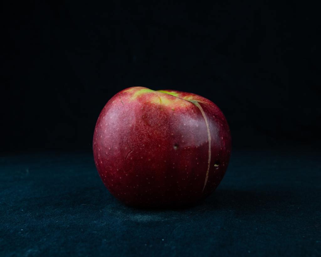 Descriptive image of an apple.